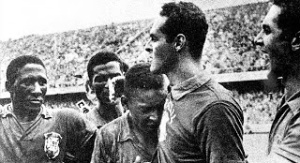 Gilmar afaga o garoto Pelé, após o título de 1958