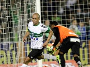 Júlio César comemora o gol do Coritiba (Foto Site Coritiba)
