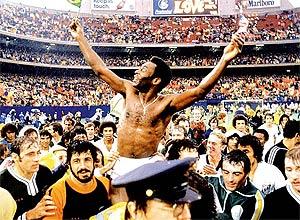 Pelé comemora o milésimo gol no Maracanã