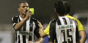 André Luís mostra cartão amarelo para o árbitro