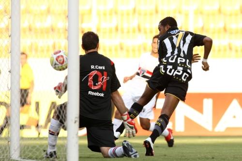 Robinho faz de letra contra Rogério Ceni