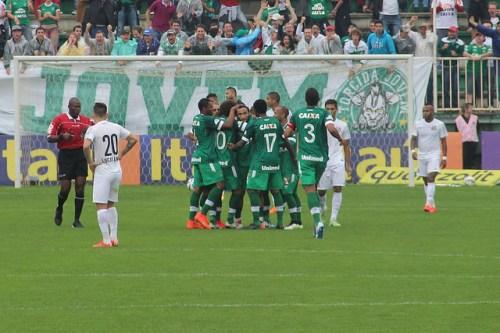 Jogadores da Chapecoense comemoram gol de Apodi (Foto: Chapecoense/Flickr)
