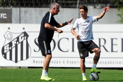 Dorival Júnior conversa com Neto Berola, que pode ocupar a vaga de Gabigol contra o Cruzeiro (Foto: Ivan Storti/Santos FC)