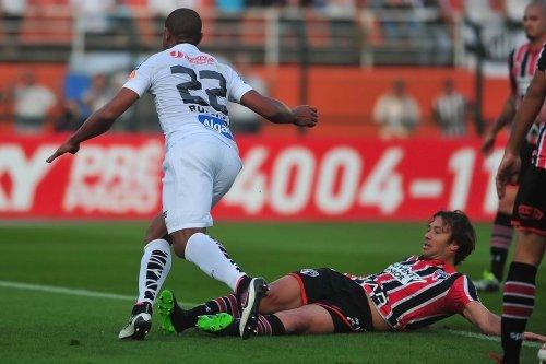 Rodrigão faz segundo gol do santos contra o São Paulo